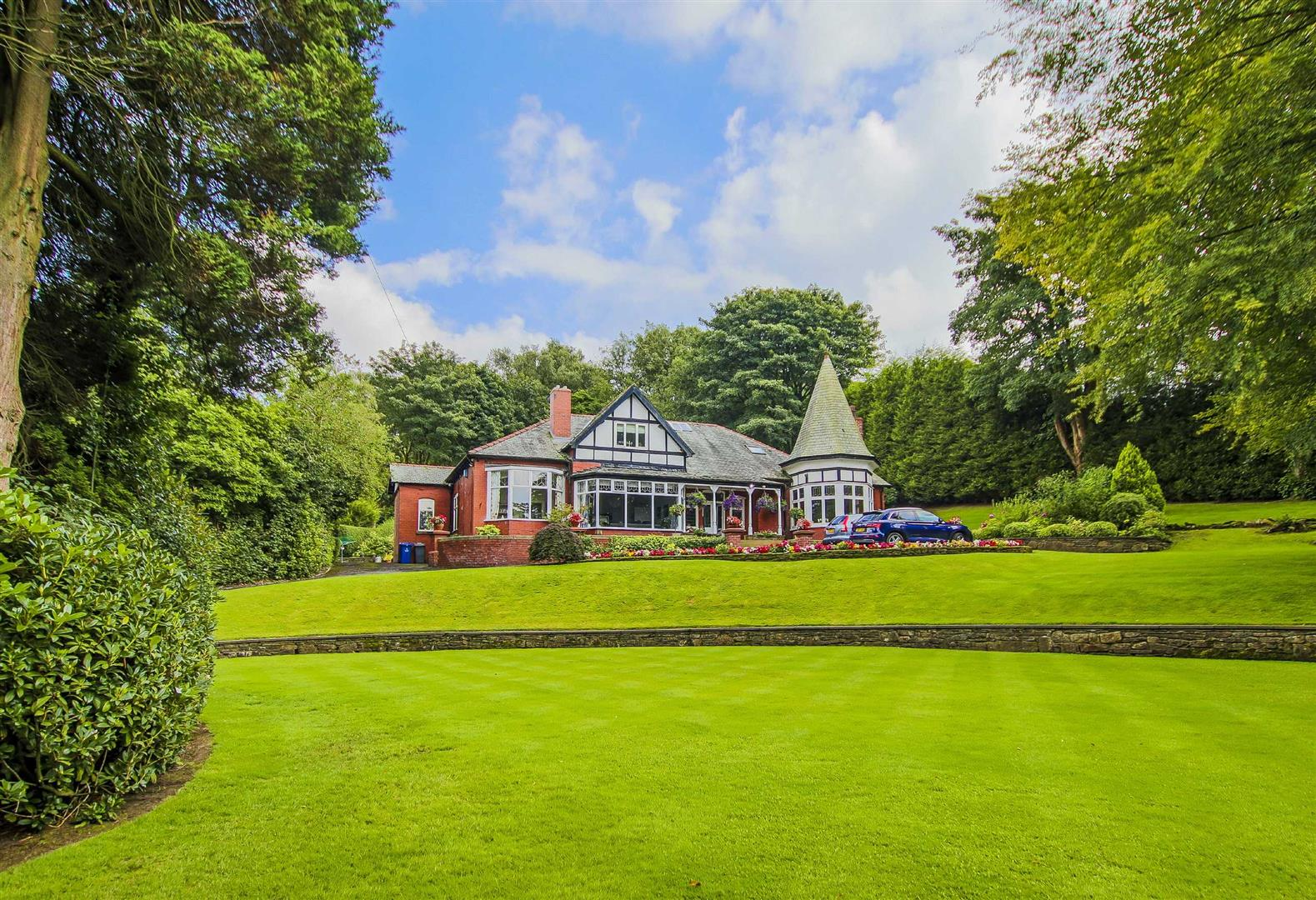 5 Bedroom Detached House For Sale - Main Image